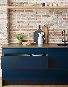 Awesome Industrial Kitchen Style Ideas - Home Decor Ideas Kitchen Interior, New Kitchen, Kitchen Dining, Brick Wall Kitchen, Dark Blue Kitchens, Beddinge, Cuisines Design, Exposed Brick, Living Room Modern