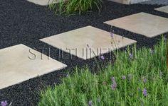 contrast-tegels-in-donker-split-bij-regen-tuinontwerp-erik-van-gelder-stijltuinen-oud-hollandse-tegels-grijs-lavendel-tuinarchitect-strakke-betontegels-met-basaltsplit-nat-nieuwbouwtuinontwerp-tuinont.jpg (1150×732)
