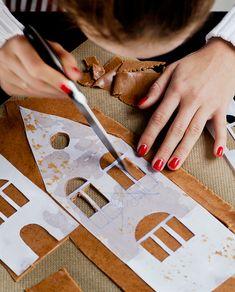 2. Använd en riktigt vass kniv för att skära ut fönster och detaljer. Christmas Diy, Holiday, Presents, Gingerbread Cookies, Cake Cookies, Christmas, Vacations, Vacation, Christmas Makes