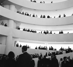 Frank Lloyd Wright – Atrium of the Guggenheim NYC – 1959 – adapts gallery to stage Organic Architecture, Amazing Architecture, Architecture Design, Frank Lloyd Wright, Wisconsin, Great Gatsby Fashion, Gatsby Style, Interesting Buildings, Black And White Pictures