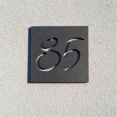 Plaque avec numéros découpés dans plaque