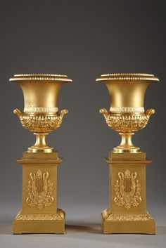 A beautiful pair of gilt bronze Medici vases very finely chiselled with twisted patterns, small pearls and water leaves. The bottom part, hightened with acanthus leaves, small flowers and ga