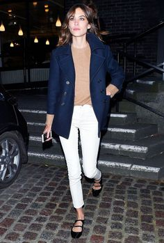Alexa Chung in a camel sweater, white jeans, navy coat and strapped ballet flats Trend Fashion, Look Fashion, Girl Fashion, Latest Fashion, Beige Hose, How To Wear White Jeans, Coat Outfit, Look Jean, Alexa Chung Style