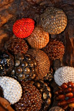 Spheres made of seeds, hand made from Guatemala. Esferas de semillas hechas a mano, de Guatemala.