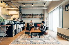 音楽と暮らしを愛する夫婦が住まうのは、木と鉄の統一感あふれるリノベマンション - Yahoo!不動産おうちマガジン Conference Room, Desk, Table, Furniture, Home Decor, Yahoo, Music, Musica, Musik