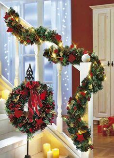guirlande artificielle décorée d'ornements et guirlande lumineuse