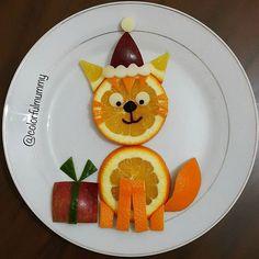 Noel kedisi kızıma hediye getirmiş,  acaba içinde ne var? Santa cat brought a present for my daughter,  what could it be? ...Portakal, kırmızı elma, peynir, zeytin ezmesi #Orange,  #apple ,  #cheese and olive paste