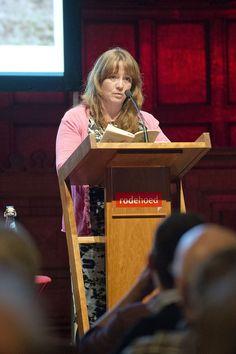 Eimear McBride leest voor uit 'Een meisje is maar half af' tijdens de lancering van Hollands Diep. ©Geert Snoeijer