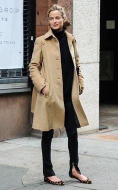 <3 ADORO essa composição! Calça + top pretos + sapatilha + casaco neutro <3 O cabelo preso dá o charme necessário tanto quanto a falta de bolsa... PENA que eu não seja longilínea... Rs. <3 [=>Carolyn Murphy.]
