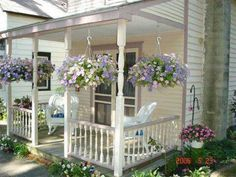 So cute!!! Building 101: How to Work With an Interior Designer ******** Get the kind of support that YOU need when buying or selling a home. Visit: agentannecook.com Cottage Porch, Cozy Cottage, Cottage Homes, Back Porches, Small Front Porches, Decks And Porches, Country Porches, Little Cottages, Small Cottages