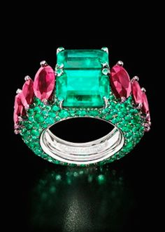 de GRISOGONO white gold ring featuring two cushion-cut emeralds, 320 brilliant-cut emeralds and 69 rubies.
