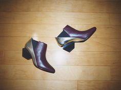 @momokoogihara  Botín Jacky mid burgundy + gold UNITED NUDE  Los botines Jacky de UNITED NUDE son un moderno diseño, con un original tacón de media altura diseñado con líneas diagonales, nítidas y sencillas.  Su llamativa combinación de materiales y colores convierten a este modelo en el calzado perfecto para aquellas que busquen el calzado más original sin renunciar a la comodidad y fácil de poner al ser de elástico http://www.seraphita.es/p/1812/bot%C3%ADn-jacky-mid-burgundy-gold