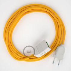 Dès aujourd'hui les rallonges électriques deviennent un objet coloré et de design. La rallonge avec câble Rond RM10 Effet Soie Jaune Creative-Cables porte le courant où vous voulez et elle est parfaite pour tout élément avec une fiche à 2 Pôles: connecter l'ordinateur portable, recharger le téléphone portable ou une tablette c'est très plus facile, confortable et coloré.Choisissez la longueur du câble et la couleur de la fiche et de la prise du menù déroulant pour réaliser la rall...