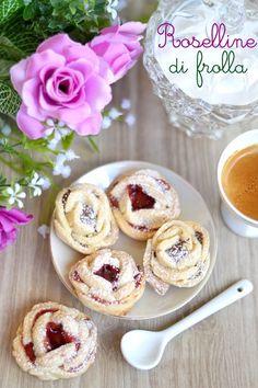 Le roselline di frolla sono dei biscottini molto friabili e gustosi farciti con confettura di frutta o Nutella, perfetti per accompa...: