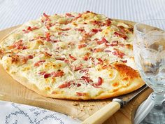 Alsatian Tarte Flambée is a recipe that many people love in the fall. We'll show you how the Alsatian original is made. Source by Related posts: Alsatian tarte cake Quick tarte cake Mini – tarte cake Tarte Rolle Potluck Appetizers, Appetizers For A Crowd, Appetizer Recipes, Party Finger Foods, Quiches, Tortellini, Carne, Food Porn, Food And Drink
