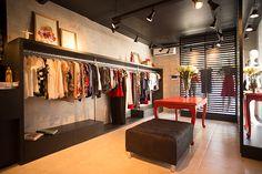 O projeto da loja Santa Maria de roupas e acessórios femininos, trazem elementos de cenários industriais e mobiliários de época e contemporâneos.