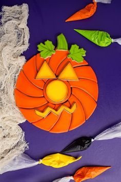 Here are 16 Cookie Tutorials to help you experience making fall cookies in those vibrant fall colors. Pumpkins, candy corns, apples, acorns and more. Turkey Cookies, Fall Cookies, Iced Cookies, Pumpkin Cookies, Cute Cookies, Sugar Cookies, Halloween Baking, Halloween Desserts, Halloween Cakes