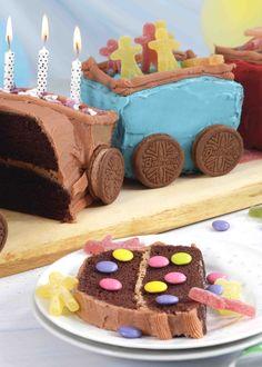 Det er gøy å lage ett tog og som barnebursdagskake, for barne elsker denne kaken. I denne oppskriften bruker vi sjokoladekake med sjokoladekrem. Du pynter kaken med barnas eget favoritt godteri, og lar gjerne bursdagsbarnet være med på selve pyntingen - se oppskriften!