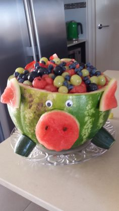 Watermelon Pig You are in the right place about food carving swan Here we offer you the most beautif Watermelon Fruit Salad, Watermelon Birthday, Watermelon Carving, Pig Birthday, Birthday Ideas, Fruit Creations, Food Sculpture, Food Carving, Food Garnishes