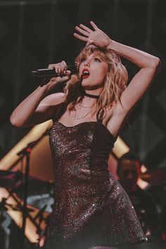 Dramatic and Classic Taylor 💖 Taylor Swift Hot, Estilo Taylor Swift, Long Live Taylor Swift, Taylor Swift Style, Red Taylor, Taylor Swift Pictures, Taylor Swift Singing, Taylor Lyrics, Taylor Swift Wallpaper