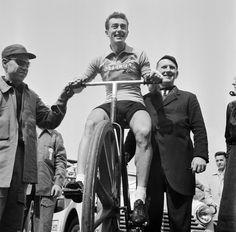 1954 8/7 rit 1 Amsterdam > Louison Bobet comme un roi sur son trône au départ dans le Olympisch Stadion.  Bobet, vainqueur du Tour 1953, est donné  favori.  Il s'échappera dès la 14e étape et gardera son maillot jaune jusqu'à Paris, où il arrivera avec 15' d'avance sur le deuxième au classement général, le Suisse Ferdi Kübler