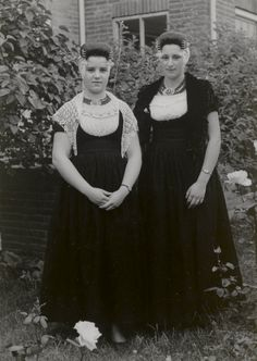 Twee jonge vrouwen uit Westkapelle in Walcherse streekdracht. Links: kerkdracht, rechts: aannemerskostuum. 1950 #Zeeland #Walcheren