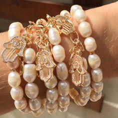 Vamos começar o dia com esse pulseirismo de pérolas maravilhoso   #Semijoias #semijoiasfinas #semijoiasdeluxo #atacadosemijoias #acessorios #acessoriosdeluxo #atacadoevarejo #amoacessorios #glamour #tendencia #fashion #love #amomuito #loveit #brincos #pulseiras #colares #pulseirismo #joias #joiasfolheadas #jewelry #tendencia