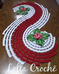 Caminho de mesa! . . . . #crochet #croche #centrodemesa #mesadecorada #casadecorada #cozinhadecorada #lardocelar #donadecasa #meular #orguevim #bomdia #tapetes #tapetesdecroche #tapetesdebarbante #crochetrug #rugs #floresdecroche #fazendoarte #crochetlovers #love #crocheting #artesanato #artesmanuais #artecomeuroroma #jardim #lardocelar #amor #donadecasa #meular
