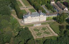 Florimond II Robertet au chateau de Beauregard. - Toute sa famille a été attachée aux Guise. Il fut secrétaire d'Etat à 26 ans (1557) sous Henri II et Charles IX, et cultiva les arts et les lettres. Sa carrière fut remarquable par les actes auxquels il a contribué. En 1559, il signe au Conseil l'acte de pouvoir donné aux Guise, au nom de François II, après la conjuration d'Amboise, au chancelier Olivier, ce qui donnait le pouvoir royal aux Guise sous le titre de lieutenant général du… François Ii, Mansfield Park, Saint Jean, Landscape Art, Amboise, Henri, France, Mansions, Gardens