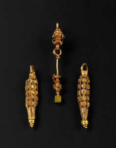 A Hellenistic gold figural drop earring -  Syria, circa 1st Century B.C./A.D.