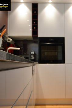 #alteKüche #neueKüche #weißeKüche #moderneKüche #griffloseKüche #keineGriffe #Umbruch #Umbau #Griffmulde #hochglanz #Backofen #BoraKochfeld #helleSteinplatte #einrichten #wohnen #genießen #essen #Rezept #zubereiten #einrichten #idee #Ideenreich #Einrichtung #Möbel #Schubladen #Schränke #backen #Holzboden #sorgenfreiEinrichten #WohnenbyWagner Wall Oven, Kitchen Appliances, Home, Kaprun, Old Kitchen, Wood Floor, Kitchen Contemporary, Oven, Set Of Drawers