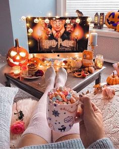 Over 30 Pumpkin Halloween Decoration Ideas for the Thriller Night, # for # PumpkinHalloweenDekoId . - Over 30 Pumpkin Halloween Deco Ideas for the Thriller Night, # KürbisHalloweenDekoIdeen - Halloween Movie Night, Soirée Halloween, Halloween Pumpkins, Halloween Room Decor, Halloween Living Room, Halloween Season, Halloween Decorations Apartment, Fall Apartment Decor, Halloween Tumblr