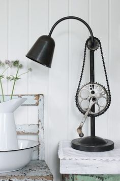 This customised lamp has been cleverly crafted using old bicycle parts and we think it's quite the masterpiece! Diy Design, Lamp Design, Design Ideas, Design Trends, Recycled Lamp, Recycled Furniture, Repurposed, Recycled Tires, Handmade Furniture