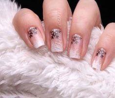 Manucure nude avec motif flocons de neige #nail #art #noël #nude #motifs #flocons #neige #rose #beauté #manucure #monvanityideal