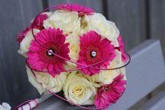 Gerbera im Braustrauß // Gerbera in Magenta für den Standesamtstrauß Kontrastreicher Brautstrauß aus magenta Gerbera und weißen Rosen. Rundgebunden und blumig lebt dieser Brautstrauß von den Farben und klaren Formen der Blumen. Unterstrichen wird dies Farb-und Formenspiel durch kleine Strass Steinchen und Dekodraht in Ma... - http://www.blumendeko.de/blog/gerbera-im-braustrauss/
