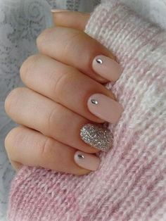 rhinestone nail designs, close up of hand holding pink woolen fabric, four nails painted in pale pink with rhinestone details, one decorated with silver glitter mit steinchen + Ideas For Nails With Rhinestones You Must Try This Year Pink Nail Designs, Short Nail Designs, Pink Design, Ongles En Gel Rose Pale, Trendy Nails, Cute Nails, Ongles Beiges, Pale Pink Nails, Nagellack Design