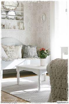 olohuone,tapetti,kartanotyyli,romanttinen,harmaa Dining Bench, Furniture, Shades Of Grey, Home Decor, Cottage, Shabby Chic