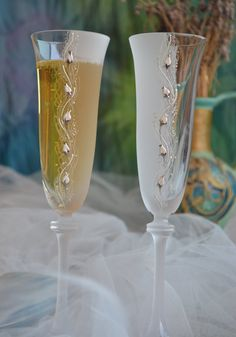 Wedding glasses, Toasting flutes hand decorated with gold and white roses - Set of 2 champagne glasses