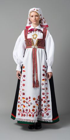 Just about all the different Norwegian national costumes in a row. This is the costume from Åmli. Folk Clothing, Historical Clothing, Folk Costume, Costume Dress, Norwegian Clothing, Costume Ethnique, Costumes Around The World, Folklore, Ethnic Fashion