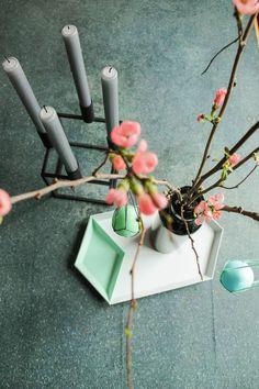 Osterdeko mit by Lassen Kerzenständer Kubus, Hat Tablett, Ostereiern an Quittenzweigen