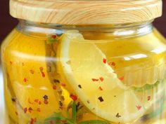 Kiszona cytryna o charakterystycznym wyrazistym, złożonym, perfumowanym smaku stała się kulinarnym hitem na całym świecie. To jeden ze składników kuchni marokańskiej, który można wykorzystywać jako dodatek do ryżu, pieczonej ryby, a także wielu sosów, dipów i sałatek. Sexy Hot Girls, Pickles, Cucumber, Banana, Fruit, Cooking, Krakow, Food, Internet