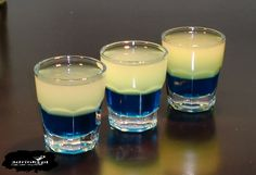 Kurczak w atramencie Składniki (na 4 shoty): 50 ml Blu… Alcoholic Drinks, Beverages, Blue Curacao, Irish Cream, Shot Glass, Smoothie, Food And Drink, Tableware, Sweet