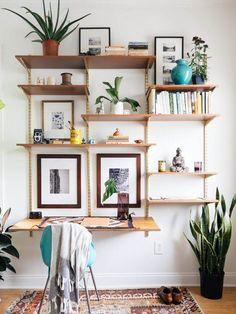 Organizar um espaço pequeno, muitas vezes significa que você tem de racionalizar o que guarda, para maximizar o espaço. Use estantes!  Casa Com Decoração- Blog de Decoração: 5 Dicas para decorar pequenos espaços