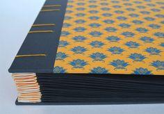 Álbum para fotos con escartivanas amarillas (compensanel espesor de las fotos que serán colocadas)– Encuadernación copta, costura expuesta – Cubierta de tela y papel del encuadernador…