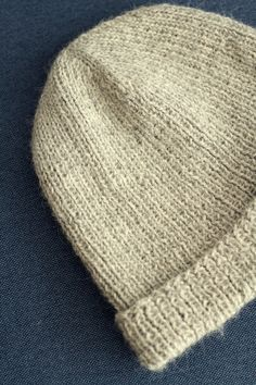 This hat is simple and quick to knit, while being incredibly soft and smooth. Aran Knitting Patterns, Free Knitting, Knit Basket, Hue, Knitted Hats, Free Pattern, Crochet, Blog, Crafts