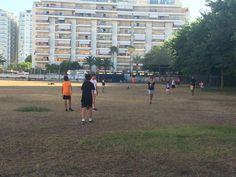 Jugando al fútbol en el campo de béisbol pegado a nuestro hotel.