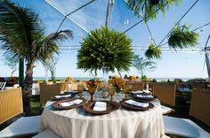 Arranjo de mesa com samambaia - Casamento na praia - Foto Mair Lopes