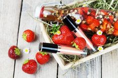 Natürliche Kosmetik aus Erdbeeren Lipgloss, Natural Make Up, Fruit Salad, Diy Beauty, Berries, Strawberry, How To Make, Wellness, Fitness