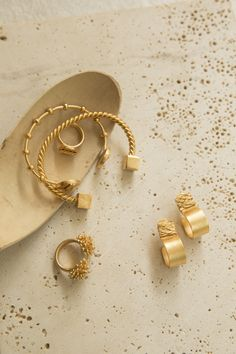 Colombian contemporary jewelry brand inspired by nature's shapes and influenced by the artistic imprint of diverse cultures around the globe. Jewelry Accessories, Fashion Accessories, Jewelry Design, Fashion Jewelry, Jewelry Photography, Fashion Photography, Jewelry Editorial, Schmuck Design, Photo Jewelry
