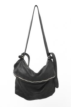 DESCRIPTIONGuidi Bag collection.柔らかく馴染みの良いソフトホースを用いたショルダーバックです。 MATERIALHorse Leather [Soft Leather]SIZE (cm) Size Height Wide Free 31 48 PRODUCTION AREAMade in Italy About GUIDI1896年、中世から革細工が深く根付いていたトスカーナ州のペーシャにGuido Guidi、Giovanni Rosellini、Gino Ulivoの3名によってタンナー『CONCERIA GUIDI E ROSELLINI社』が設立される。現在はRuggero Guidiがタンナーを率いており、古来の手法を守るため、常に先端技術と古典的な生産のバランスを探して生産を続け、今では世界中のデザイナーを魅了する高級タンナーへと成長。CONCERIA GUIDI E ROSELLINI社のファクトリーブランドが『Guidi』である。製靴の後にタンブリングで染色を行うなど、素材のフィニッシングと...